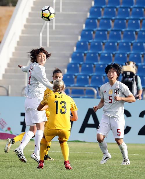 日本対オーストラリア 前半、相手ボールをクリアする日本MF阪口夢穂(左)。右はDF市瀬(撮影・浅見桂子)