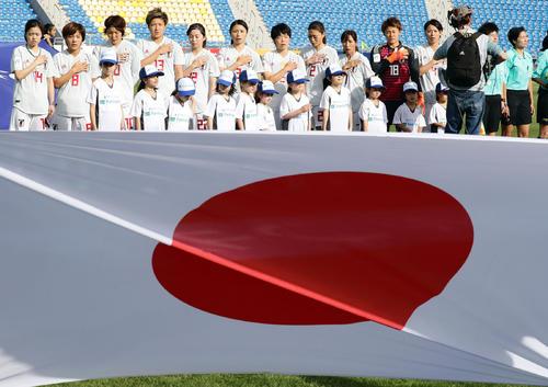 日本対オーストラリア 日の丸を舞えに君が代斉唱する日本の選手たち(撮影・浅見桂子)