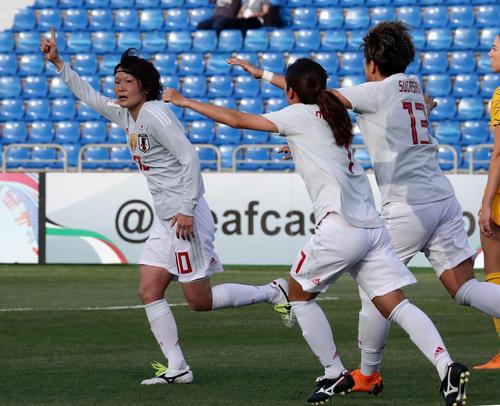 日本対オーストラリア 後半、先制ゴールを決め指を突き上げ喜ぶ阪口夢穂(左)(撮影・浅見桂子)