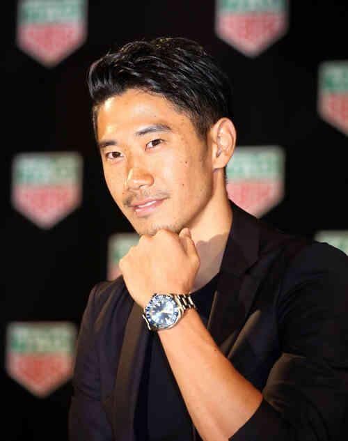 タグ・ホイヤーのトークイベントで西日本災害のチャリティーオークションに出す時計を付けて笑顔を見せる香川(撮影・狩俣裕三)