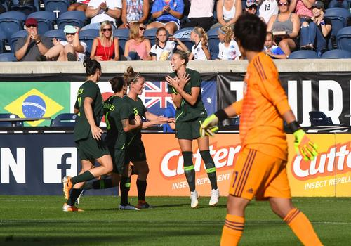後半2分、FKを直接決めて先制点を挙げ喜ぶオーストラリアDFケネディ(14)。手前は日本GK平尾(ロイター)