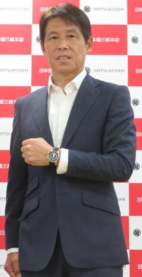 トークショーでポーズを決める西野氏(撮影・村上幸将)