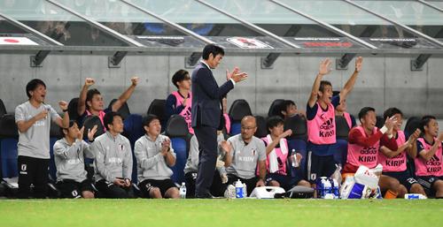 日本対コスタリカ 後半ロスタイム、チーム3点目が決まり森保監督(中央)は手をたたいて喜ぶ(撮影・山崎安昭)