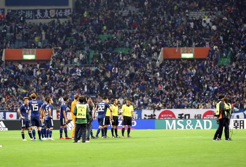 試合終了後、ウルグアイイレブンが整列せずに引き揚げ、ピッチには日本イレブンだけが残った(撮影・河野匠)