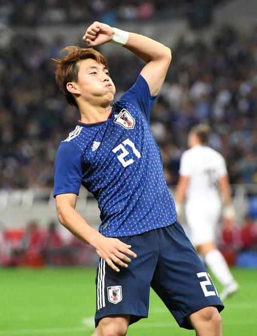 日本対ウルグアイ 後半、ゴールを決めた堂安はガッツポーズ(撮影・山崎安昭)