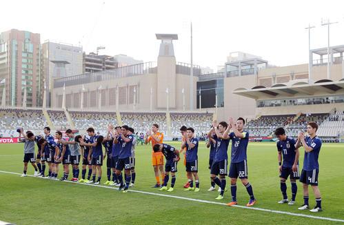 日本対トルクメニスタン 試合後、サポーターに挨拶する日本代表イレブン(撮影・河野匠)