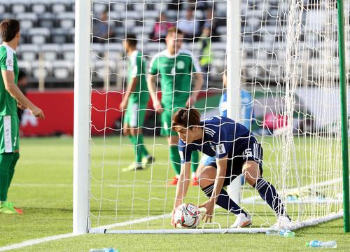 日本対トルクメニスタン 後半、2点目を決め、ボールを拾う大迫(撮影・河野匠)