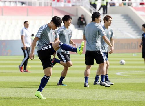 日本対サウジアラビア 試合前、ウオーミングアップを行う南野(左手前)(撮影・河野匠)