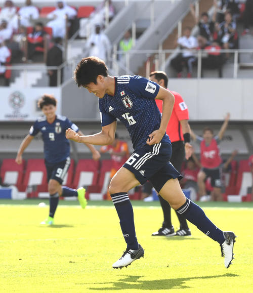 日本対サウジアラビア 前半、ゴールを決めガッツポーズをする冨安(撮影・横山健太)