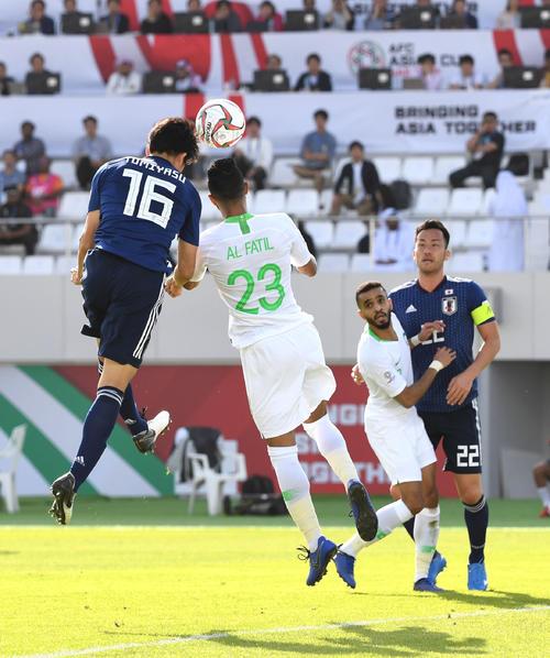 日本対サウジアラビア 前半、ゴールを決める冨安(撮影・横山健太)