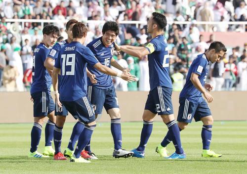 日本対サウジアラビア 前半、先制のゴールを決めた冨安(中央)は笑顔で仲間の祝福を受ける(撮影・河野匠)