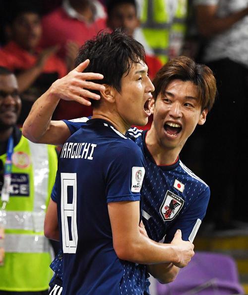 日本対イラン 後半、3点目を決めた原口(左)を祝福する大迫(撮影・横山健太)