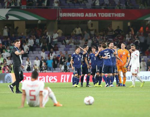 日本対イラン イランを下し決勝進出を決めた日本代表イレブンは喜び合う(撮影・河野匠)