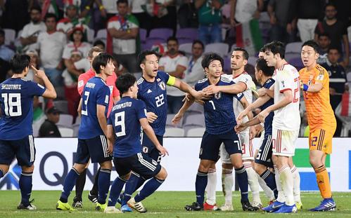 日本対イラン 後半アディショナルタイム、冨安へのファウルからもめる両選手たち(撮影・横山健太)