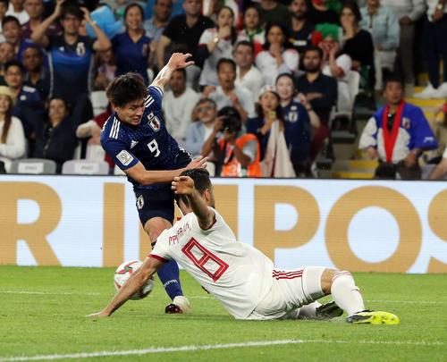 日本対イラン 後半、ゴール前でプーラリガンジ(手前)のハンドを誘う南野。この後、PKとなり大迫が2点目を決めた(撮影・河野匠)