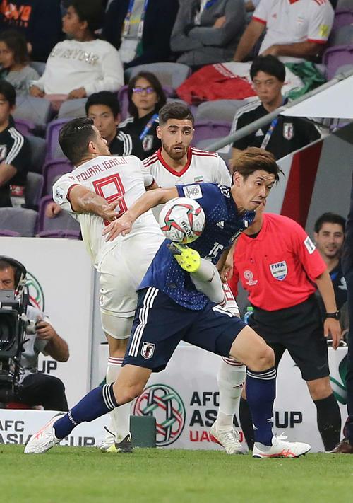 日本対イラン 前半、相手選手と激しく競り合う大迫(手前右)(撮影・河野匠)