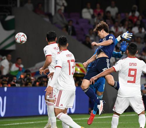 日本対イラン 後半、ヘディングで先制ゴールを決める大迫(右から2人目)(撮影・横山健太)