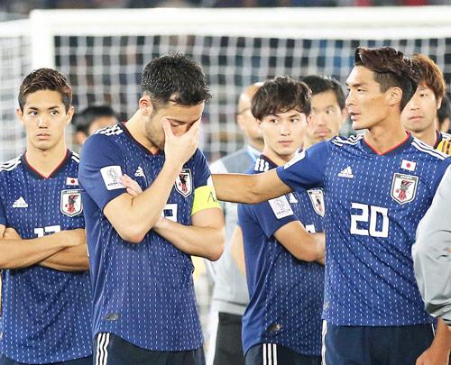 日本対カタール 表彰式を前にうなだれる吉田(左)を励ます槙野(撮影・河野匠)