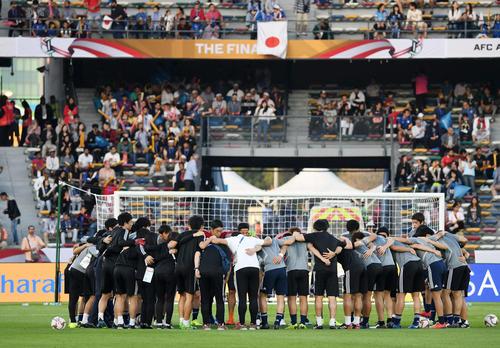 日本対カタール 試合前、円陣を組む日本代表の選手たちとスタッフ(撮影・横山健太)