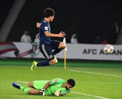 日本対カタール 後半、ゴールを決める南野(撮影・横山健太)