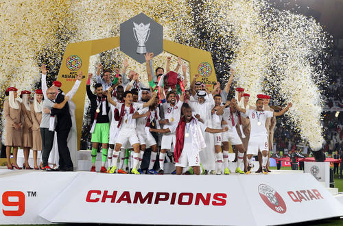日本を下し初優勝のカタールはカップを掲げて喜び合う(撮影・河野匠)