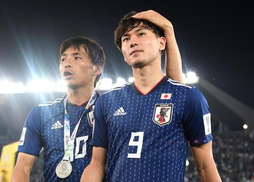 日本対カタール 後半、銀メダルを手にする南野(右)と乾(撮影・横山健太)