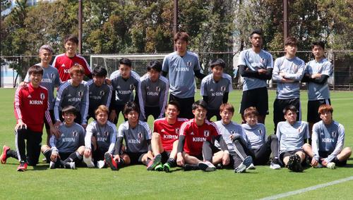 集合写真に納まるU-20日本代表候補選手たち(2019年4月15日撮影)