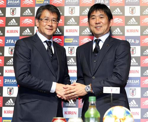 南米選手権出場の日本代表メンバーを発表した森保監督(右)と関塚技術委員長は握手(撮影・浅見桂子)