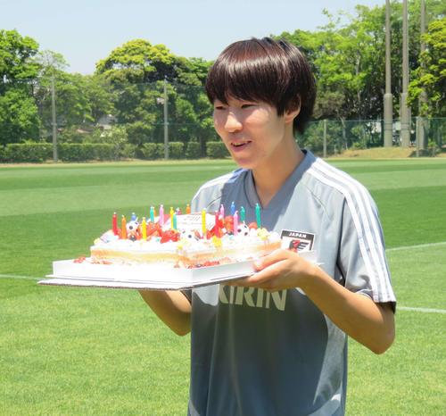 19歳の誕生日を迎え報道陣から贈られた誕生日ケーキを手に笑顔をみせるFW遠藤(撮影・松尾幸之介)