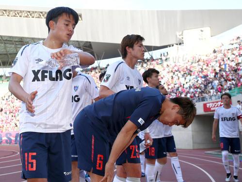 C大阪対東京 C大阪に敗れ、東京MF久保建英(左)らはサポーターにあいさつする(撮影・上山淳一)