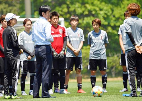 なでしこジャパンの激励に訪れた森保男子日本代表監督(手前)(撮影・滝沢徹郎)