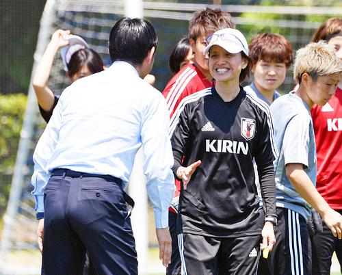 なでしこジャパンの激励に訪れた森保男子日本代表監督(手前)と笑顔で話す高倉女子日本代表監督(撮影・滝沢徹郎)