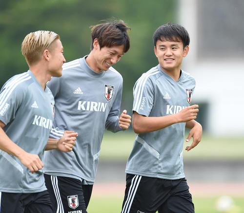日本代表合宿に合流した久保(右)は、室屋(中央)らと笑顔を見せながらランニングする(撮影・森本幸一)