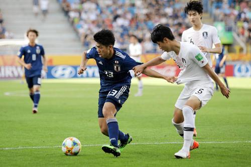 ボールをキープする日本代表FW宮代大聖(左)(ロイター)