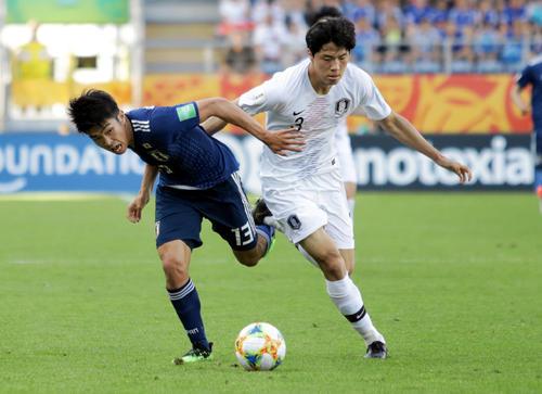韓国選手と競り合う日本代表FW宮代大聖(ロイター)