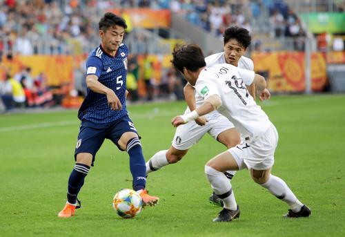 ドリブル突破を仕掛ける日本代表DF菅原由勢(左)(ロイター)