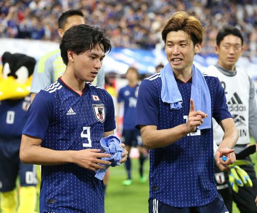 日本対トニリダード・トバゴ 試合後、言葉を交わしながら場内をまわる南野(左)と大迫勇(撮影・河野匠)