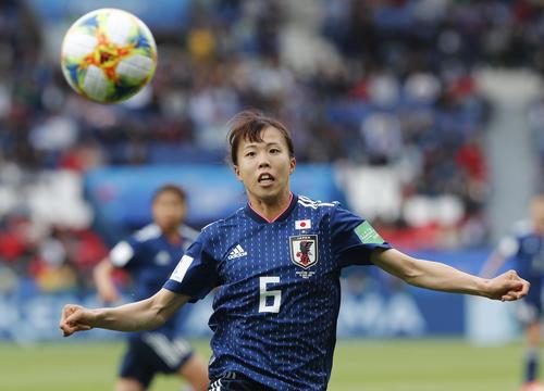 ボールを追う杉田(AP)