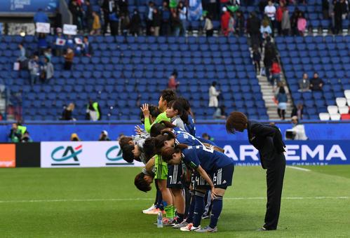 日本対アルゼンチン 後半、スコアレスドローに終わって観客にあいさつする高倉監督(右)と選手たち(撮影・山崎安昭)