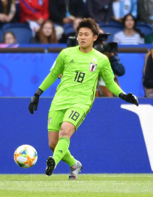 日本対アルゼンチン 前半、ボールを蹴り出すGK山下(撮影・山崎安昭)