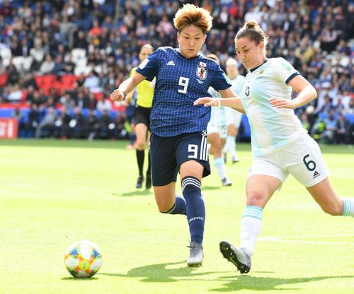 日本対アルゼンチン 前半、ルースボールに駆け寄る菅沢(撮影・山崎安昭)