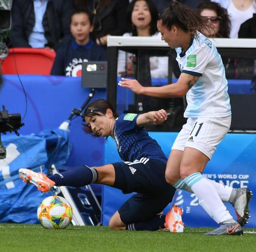 日本対アルゼンチン 前半、倒れながらボールに足を伸ばす鮫島(撮影・山崎安昭)