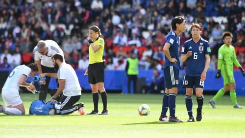 日本対アルゼンチン 前半、相手選手の治療中に言葉をかわす熊谷(右から3人目)と杉田(撮影・山崎安昭)