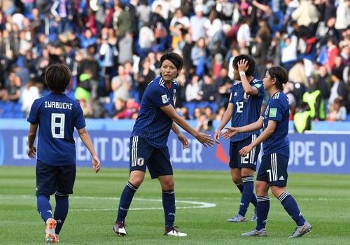 日本対アルゼンチン スコアレスドローに終わり、選手に声をかける熊谷(左から2人目)(撮影・山崎安昭)