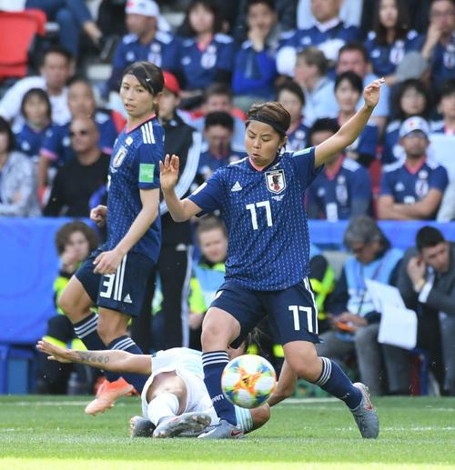 日本対アルゼンチン 前半、ルーズボールに詰める三浦。左は鮫島(撮影・山崎安昭)