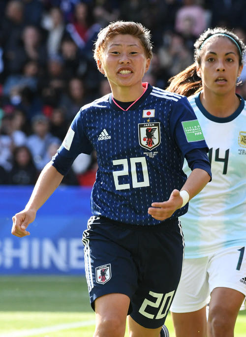 日本対アルゼンチン 前半、コーナーに駆け寄ってボールを要求する横山(撮影・山崎安昭)