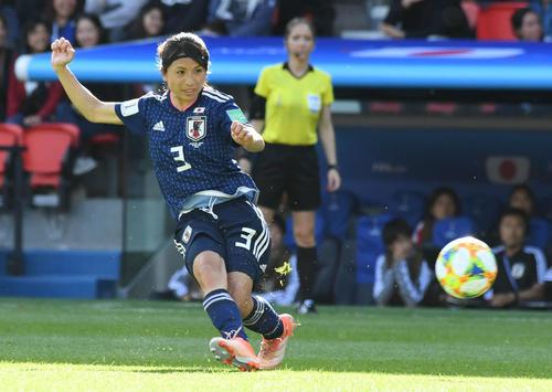 日本対アルゼンチン 前半、スペースへパスを出す鮫島(撮影・山崎安昭)