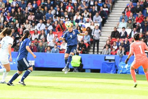 日本対アルゼンチン 前半、ヘディングで折り返す菅沢(撮影・山崎安昭)