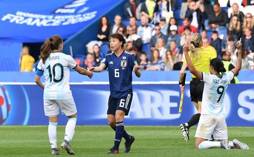 日本対アルゼンチン スコアレスドローに終わり、バニーニ(左)と握手する杉田(撮影・山崎安昭)