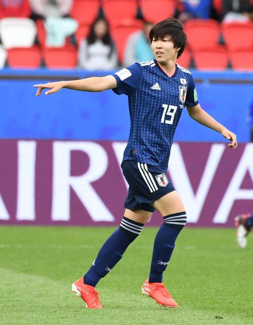 日本対アルゼンチン 後半、途中出場した遠藤はチームメートに指示を出しながらポジションへ向かう(撮影・山崎安昭)